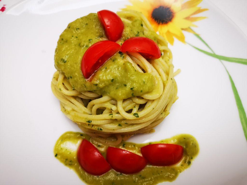 Spaghetti con crema di peperoni verdi