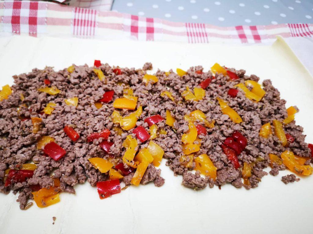 Rotolo di pasta sfoglia con carne e peperoni