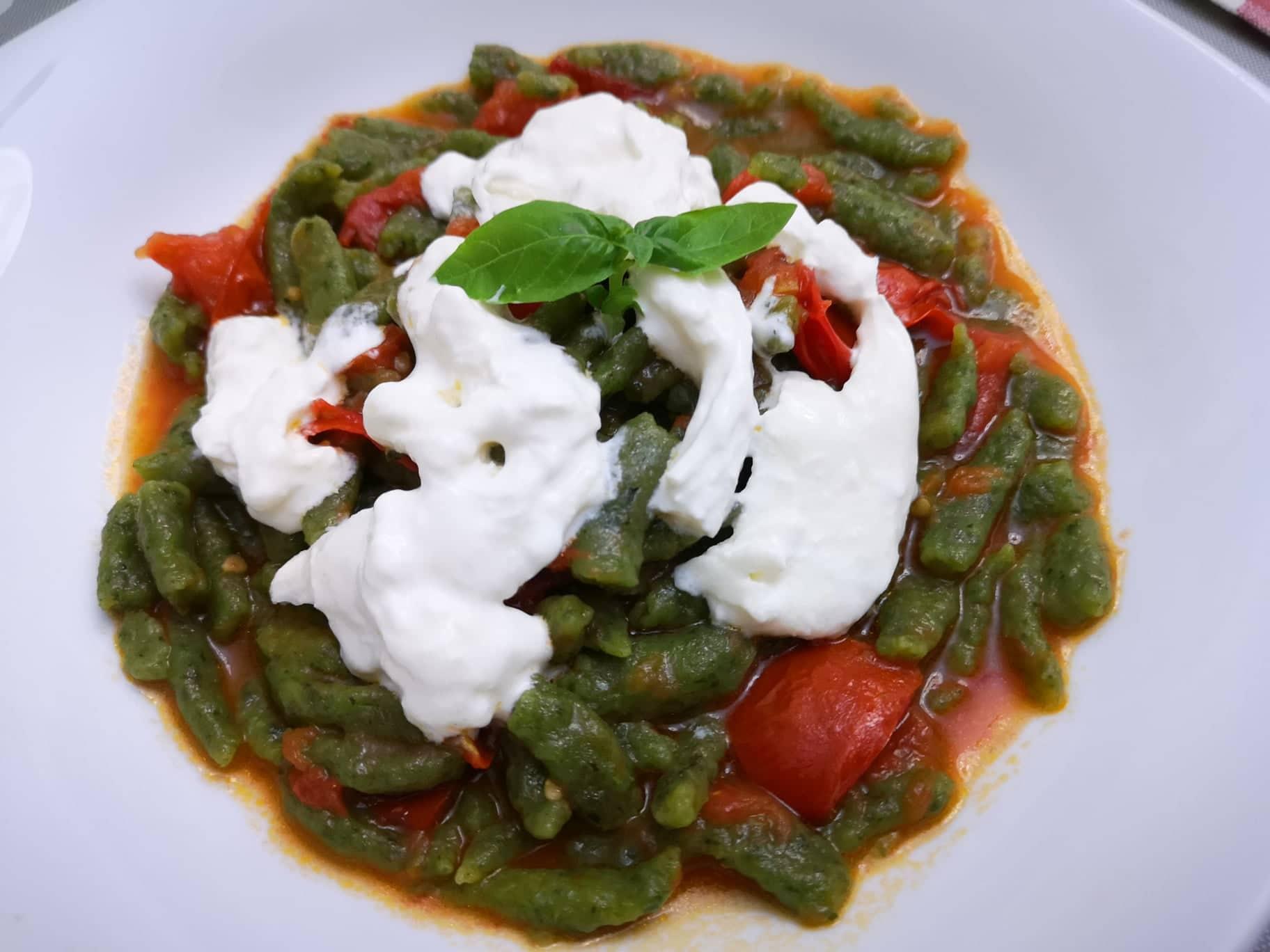 Spätzle agli spinaci con pomodorini e burrata