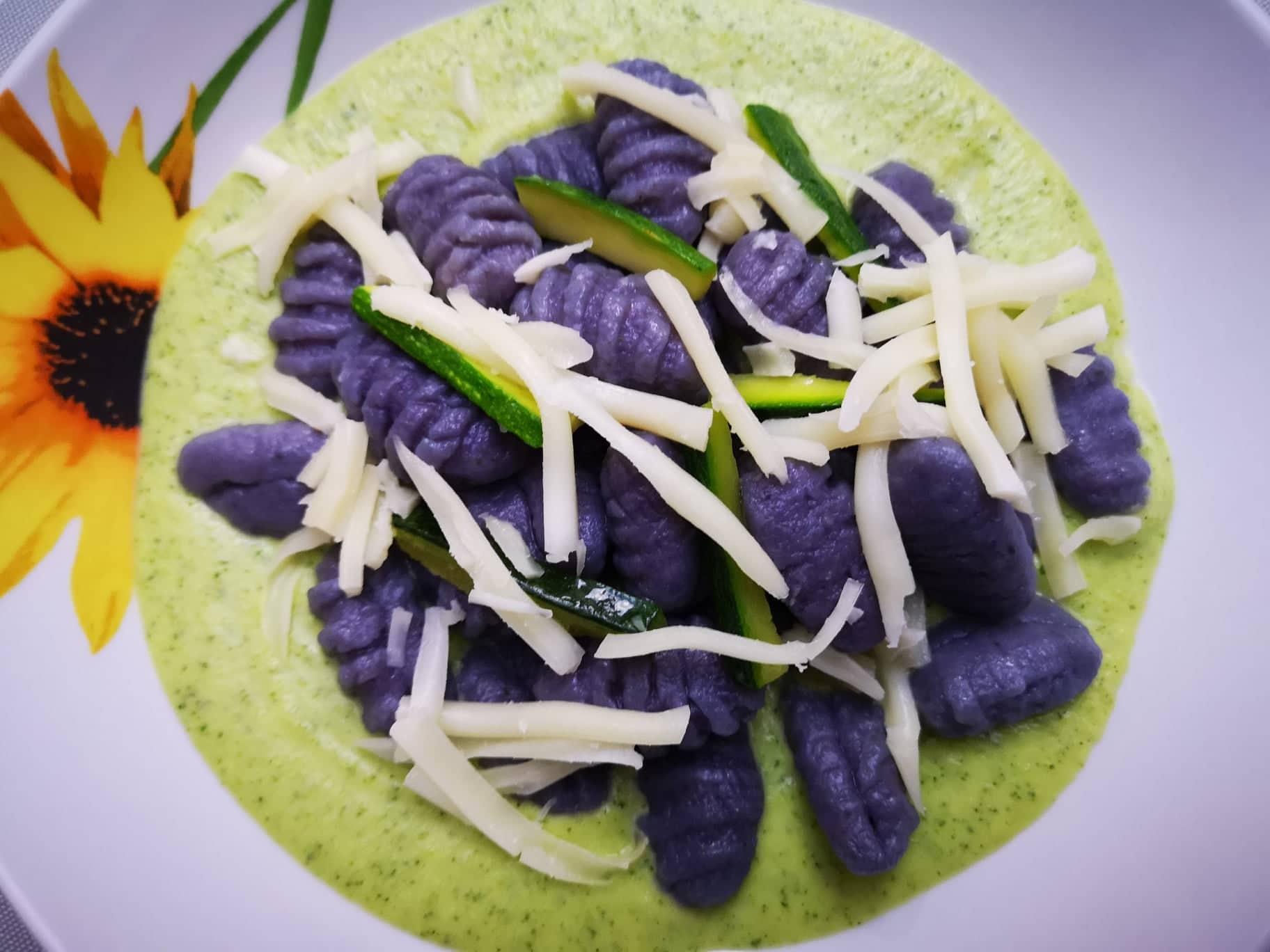 Gnocchi rigati con patate viola su crema di zucchine
