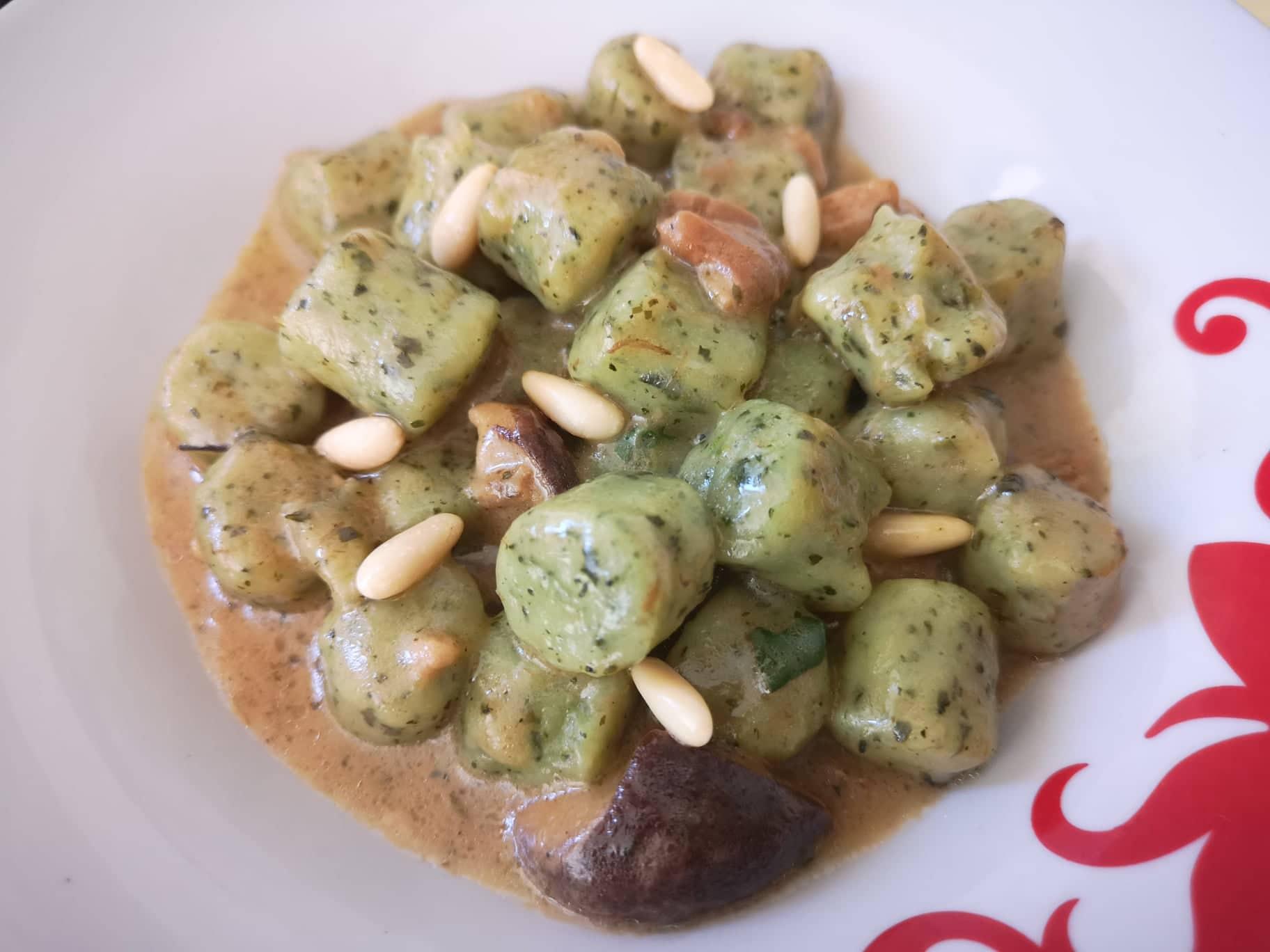Gnocchi di patate agli spinaci con sugo ai funghi porcini e pinoli